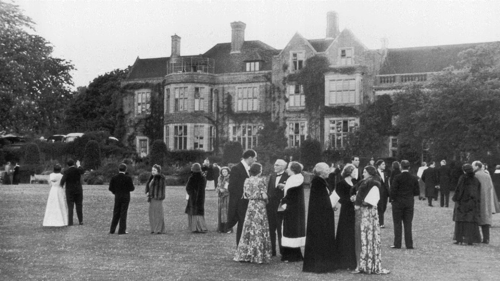 The audience members enjoy an interval in the gardens of Glyndebourne, 1939