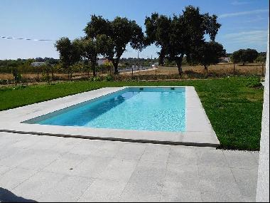'Quinta' situated 7 km from the historic centre of Évora, with asphalted accesses, in a l