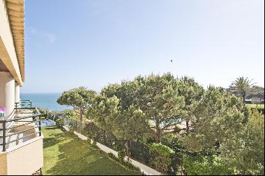Lovely 2 bedroom apartment with good sized spaces and a sea view. It is in a closed condo