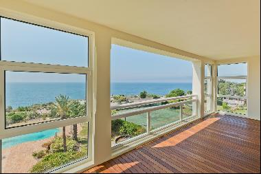 Excellent apartment in the Guia in Cascais right by the sea with 302 sqm of gross living