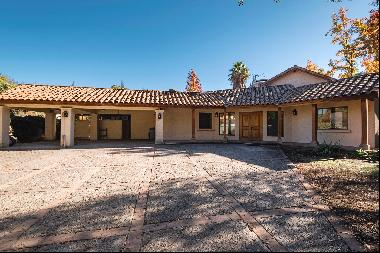 Excellent very central colonial style house in La Dehesa