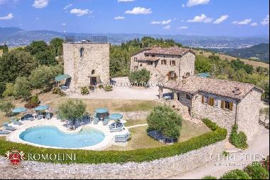 Umbria - HAMLET WITH POOL AND TENNIS COURT FOR SALE AT THE BORDER WITH TUSCANY