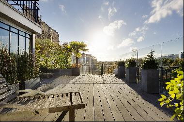 Neuilly-sur-Seine. A very spacious and entirely renovated property