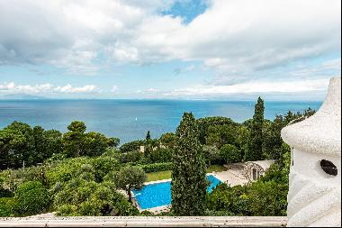 Monumental property overlooking the sea