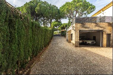 Detached villa with garden and swimming pool.