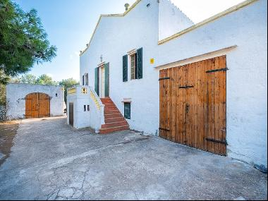 Traditional style finca with access to the beach to refurbish