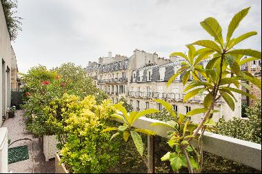 Paris 16th District – A bright 2-bed apartment with balconies