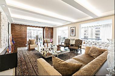 Refurbished apartment in coveted building