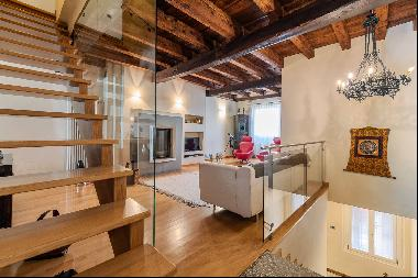 Elegant 15th century building, completely renovated in the historic center of