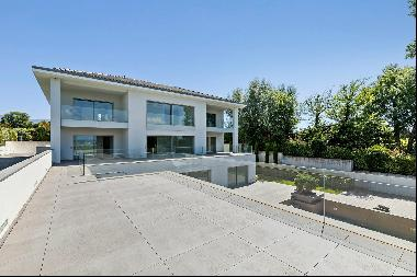 Large modern property with luxurious finishes and pool