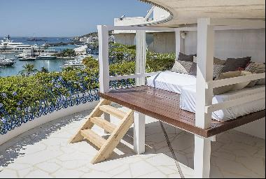Front Line Penthouse With Views Over The Port