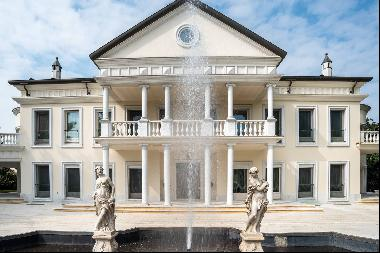 Luxurious neoclassical villa with large park and swimming pool