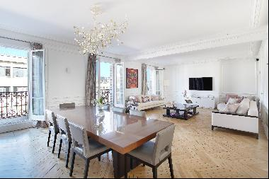 Paris 8th District – An elegant 5-bed apartment with balconies